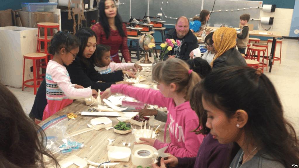 Turis Belajar Budaya Bali - Anak-anak Amerika Belajar Membuat Canang Bali