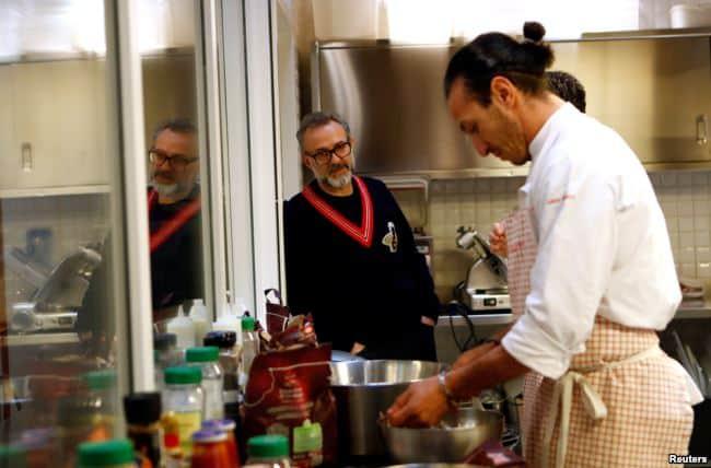 Koki Italia Sajikan Makanan Gratis untuk Tunawisma